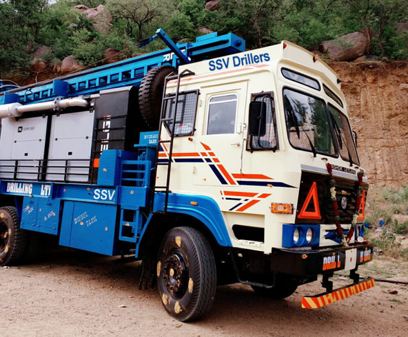Heavy vehicle of driller equipment